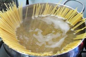 Cozinhando macarrão